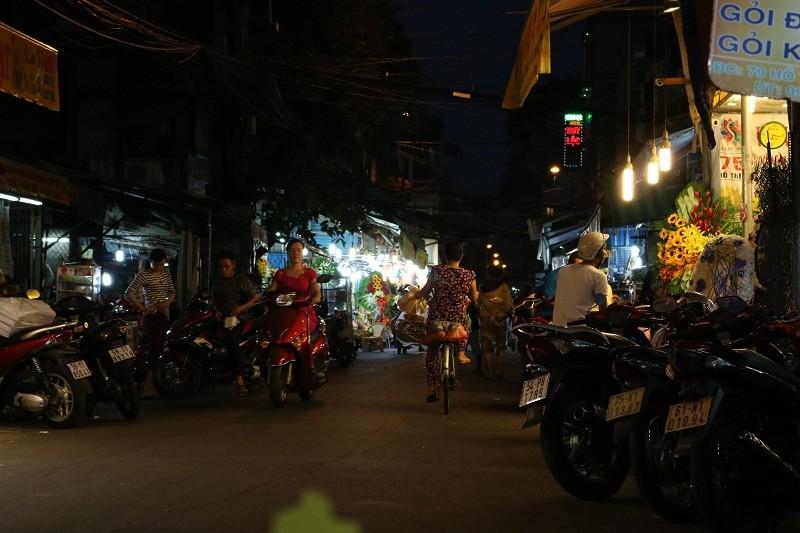 Chợ hoa Hồ Thị Kỷ: Ngôi chợ không ngủ trong lòng phố - ảnh 11