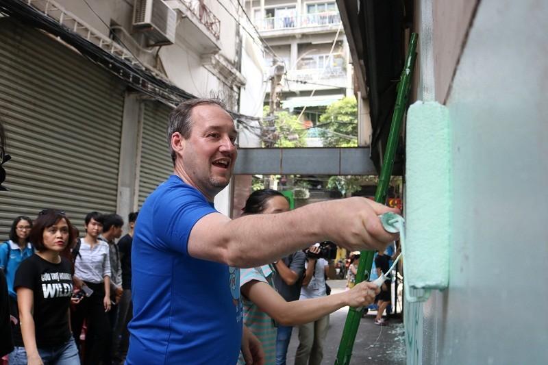 Phó đại sứ Anh xắn tay vẽ tranh tê giác trên tường  - ảnh 3