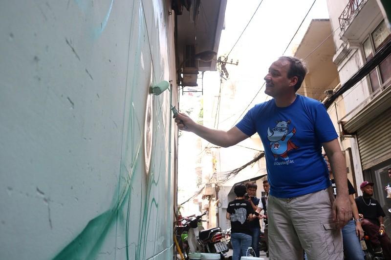 Phó đại sứ Anh xắn tay vẽ tranh tê giác trên tường  - ảnh 4