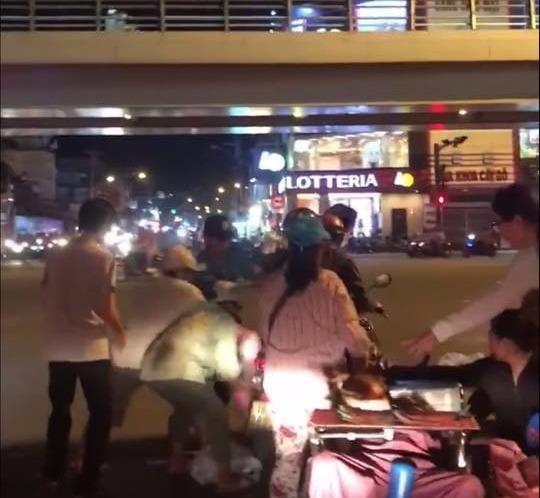 Tranh nhau giật quà từ thiện trong đêm ở Sài Gòn - ảnh 1