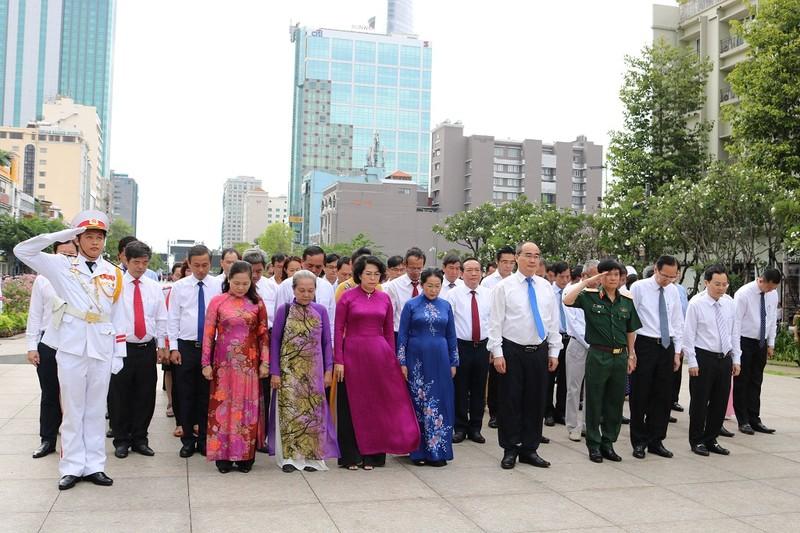 Lãnh đạo TP.HCM dâng hoa lên Chủ tịch Hồ Chí Minh - ảnh 1