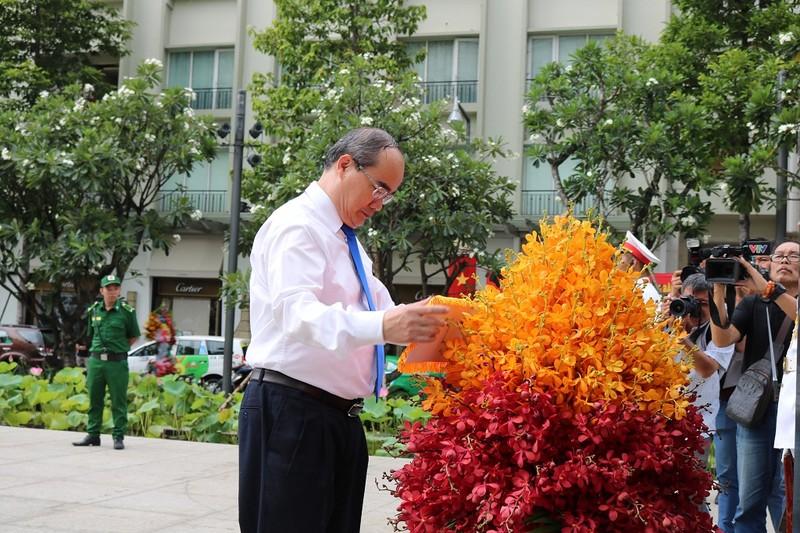 Lãnh đạo TP.HCM dâng hoa lên Chủ tịch Hồ Chí Minh - ảnh 3
