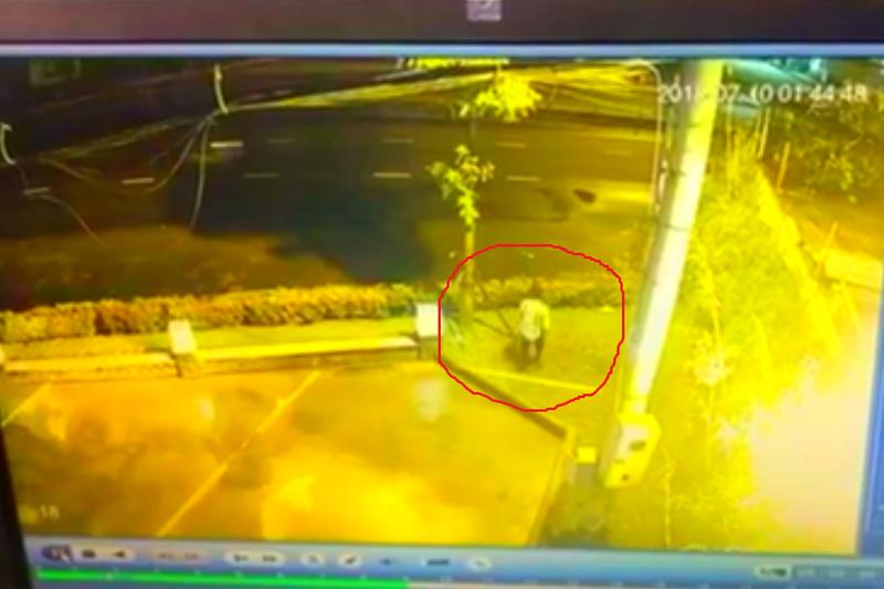 Camera ghi cảnh công nhân vào công ty trộm gần trăm triệu - ảnh 1