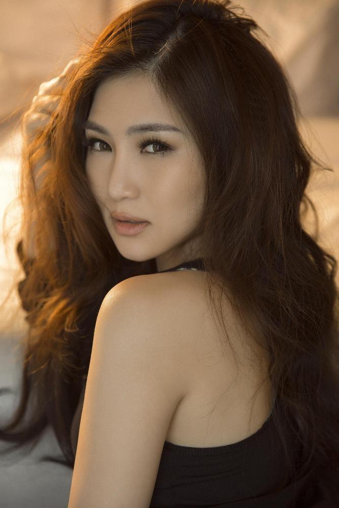 'Em gái mưa' Hương Tràm tung ảnh nóng bỏng tuổi 23 - ảnh 1
