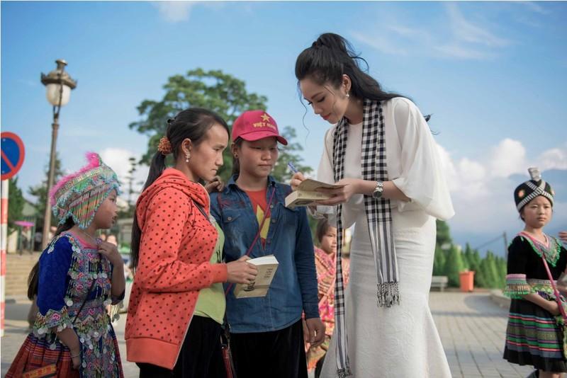 Á hậu Hoàng My lái siêu xe tặng sách ở Lào Cai - ảnh 5