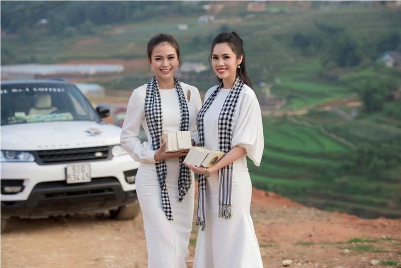 Á hậu Hoàng My lái siêu xe tặng sách ở Lào Cai - ảnh 6