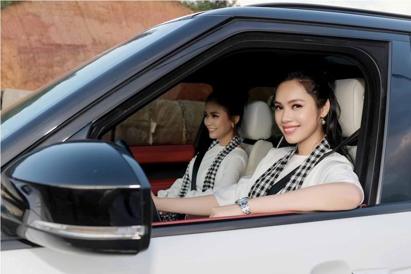 Á hậu Hoàng My lái siêu xe tặng sách ở Lào Cai - ảnh 2