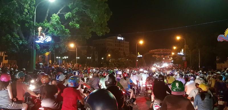 Nhóm người quá khích lại phá trụ sở tỉnh Bình Thuận - ảnh 1