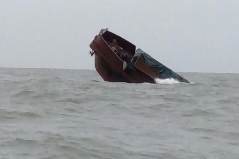 Tàu Trung Quốc chìm trên biển ở Quảng Ninh - ảnh 1