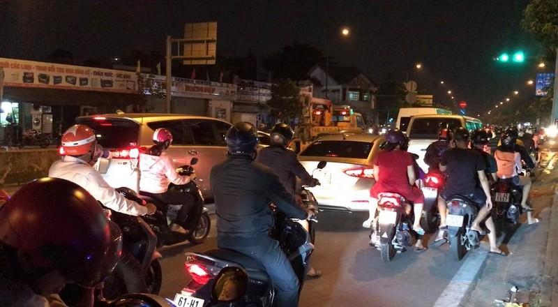 Tài xế cãi nhau sau va chạm, đường Phạm Văn Đồng kẹt nhiều giờ - ảnh 1