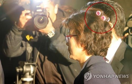Thẩm phán Hàn Quốc gây sốt khi đeo lô cuốn tóc tới tòa - ảnh 2