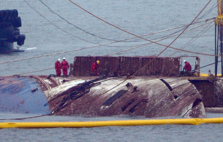 Hàn Quốc trục vớt phà Sewol tìm 9 thi thể mắc kẹt - ảnh 1