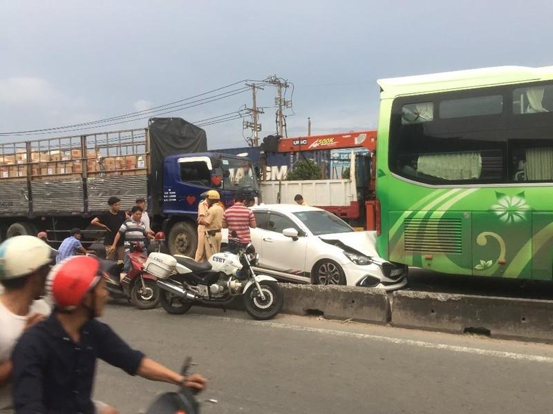 Tai nạn liên hoàn, 3 ô tô dính chùm ở quận 12 - ảnh 1