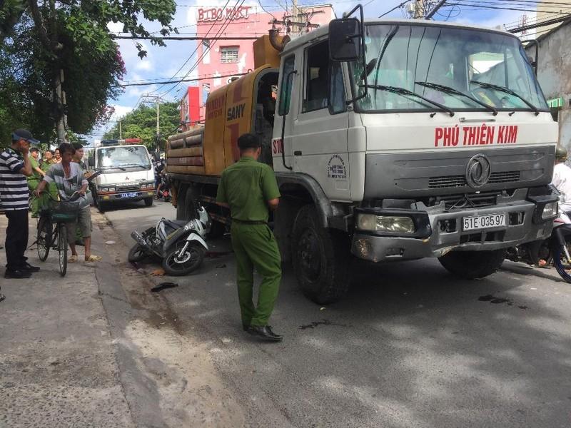 Bị xe tải cuốn vào gầm, một tài xế grap tử vong - ảnh 1