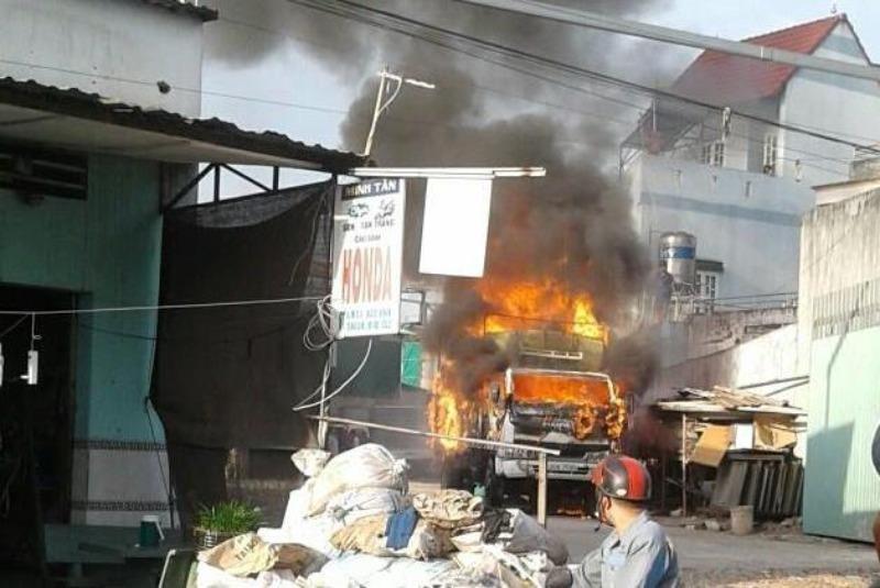 Xe tải bùng cháy dữ dội trong sân nhà dân - ảnh 1
