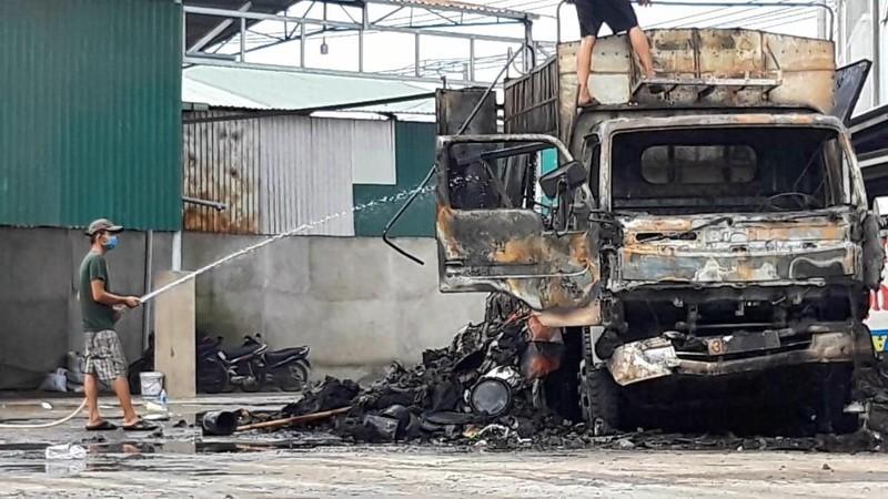 Xe tải bùng cháy dữ dội trong sân nhà dân - ảnh 2
