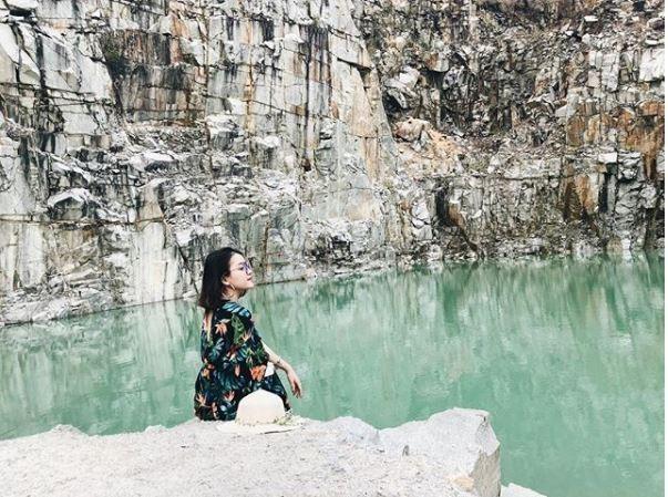 Theo nhiều người dân địa phương, hồ nước trước đây là mỏ đá hoa cương bị bỏ hoang.