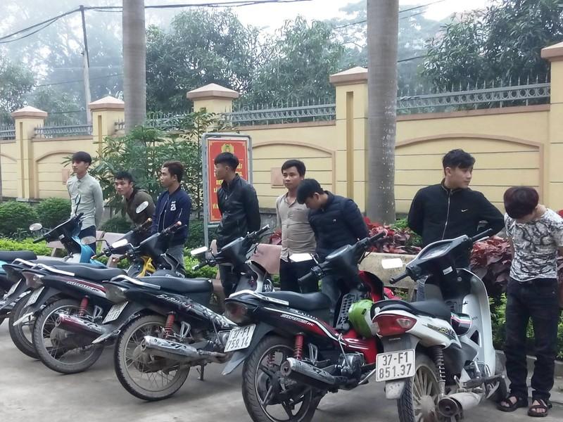 Chạy xe máy bằng chân đi ăn cưới bị phạt 14 triệu đồng - ảnh 1