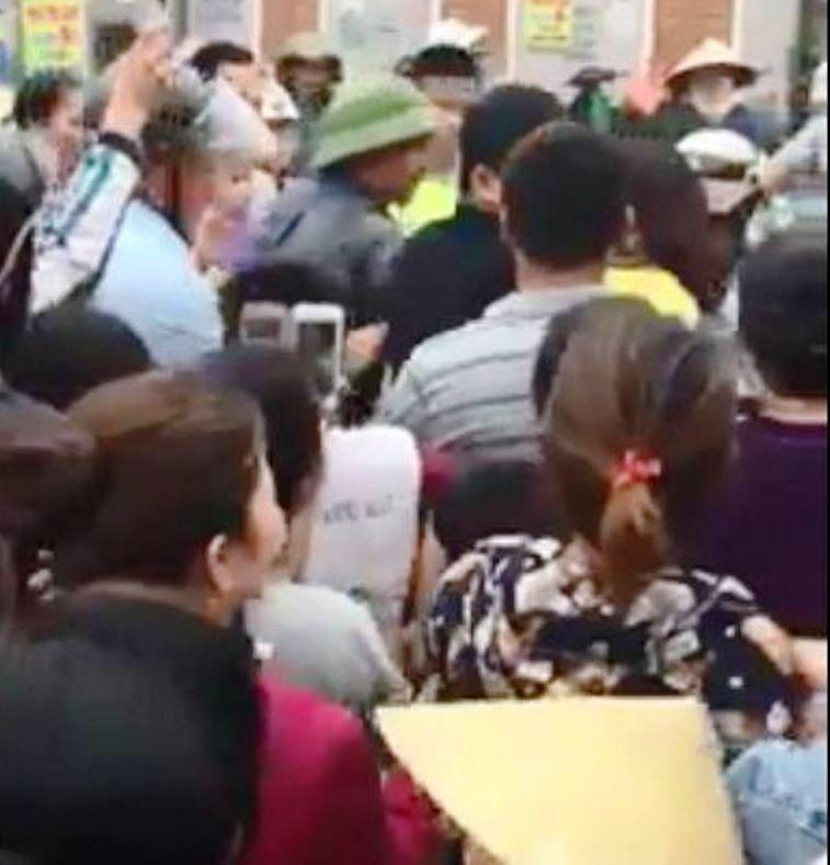 1 phụ nữ bị hàng trăm người đuổi bắt, đánh đập - ảnh 1