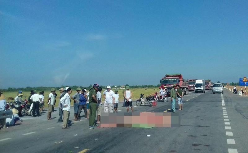 Đi chợ về, 2 vợ chồng bị xe tải tông tử vong - ảnh 1