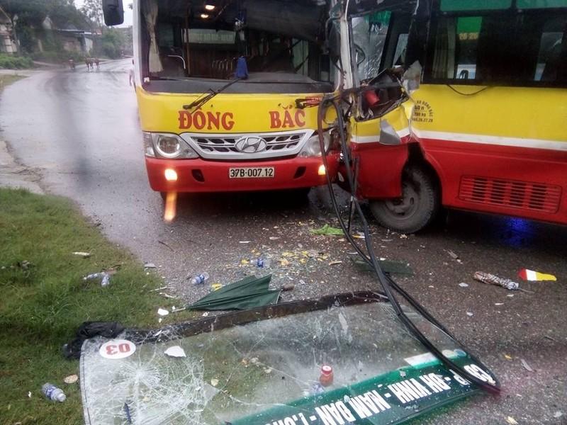 2 xe buýt đối đầu, tài xế bị thương, hành khách hoảng - ảnh 1