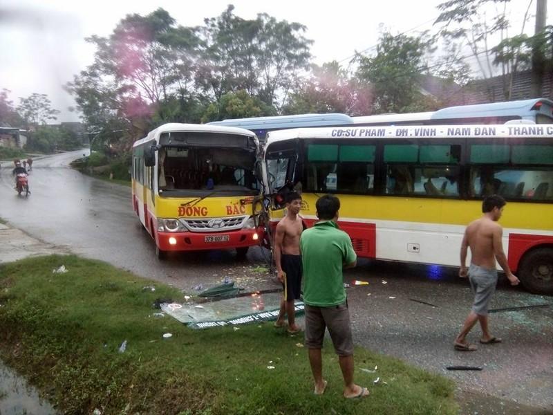 2 xe buýt đối đầu, tài xế bị thương, hành khách hoảng - ảnh 2