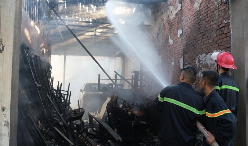 Cháy chợ lửa thiêu rụi xe hơi và nhiều ki-ốt - ảnh 2