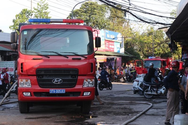 Cháy chợ lửa thiêu rụi xe hơi và nhiều ki-ốt - ảnh 1