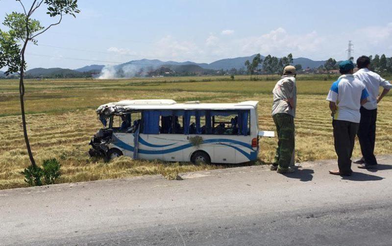 Xe chở cán bộ đi tham quan bị nạn, 13 người bị thương - ảnh 1