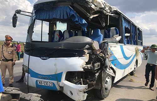 Xe chở cán bộ đi tham quan bị nạn, 13 người bị thương - ảnh 3
