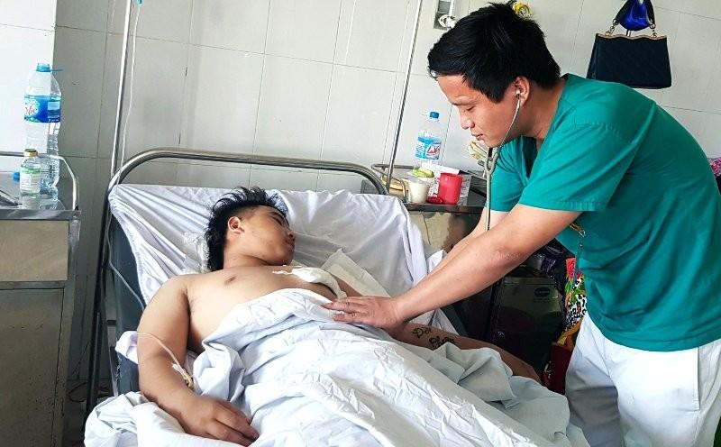 Cứu sống ngoạn mục thanh niên 18 tuổi bị dao đâm xuyên tim  - ảnh 1