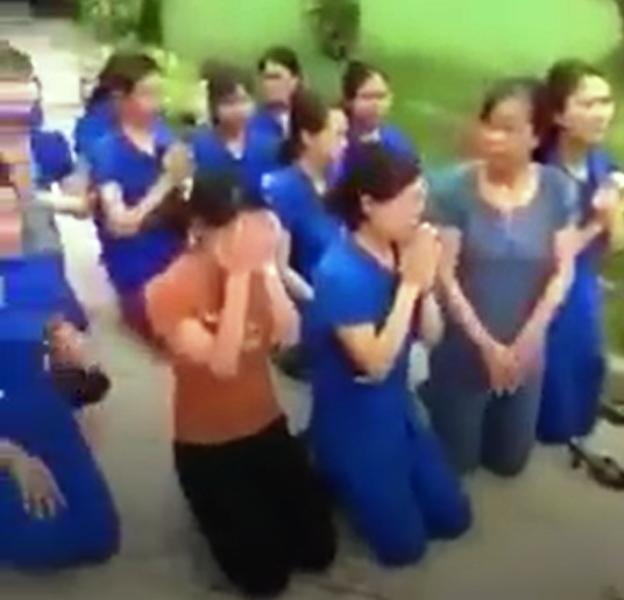 Nhiều cô giáo quỳ, chắp tay bên xe hơi chủ tịch thị trấn  - ảnh 1