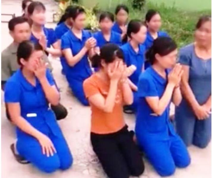 Nghệ An đang họp để xử lý việc nhiều cô giáo quỳ  - ảnh 1
