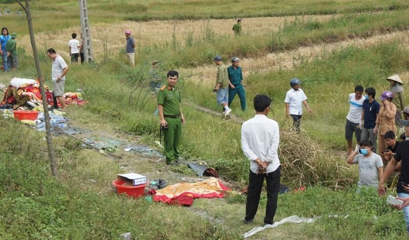 Lật xe khách, 2 người trong gia đình tử vong, 7 người cấp cứu - ảnh 2