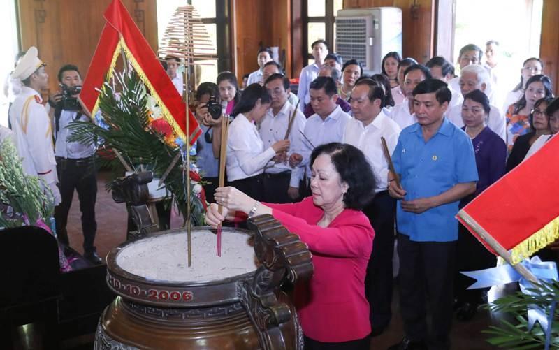 Trung ương MTTQ VN dâng hương tại Nghĩa trang liệt sĩ Việt-Lào - ảnh 3