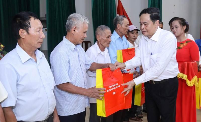 Trung ương MTTQ VN dâng hương tại Nghĩa trang liệt sĩ Việt-Lào - ảnh 2