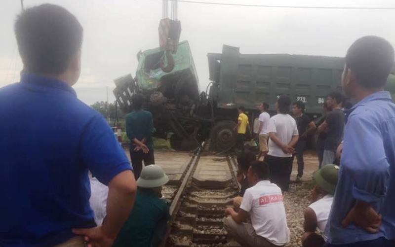 Tàu hỏa lại gặp nạn, đường sắt Bắc-Nam ách tắc - ảnh 2