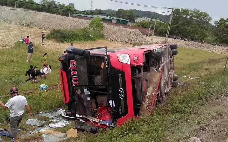 Tạm giam tài xế làm lật xe khách, 2 chị em tử vong - ảnh 1
