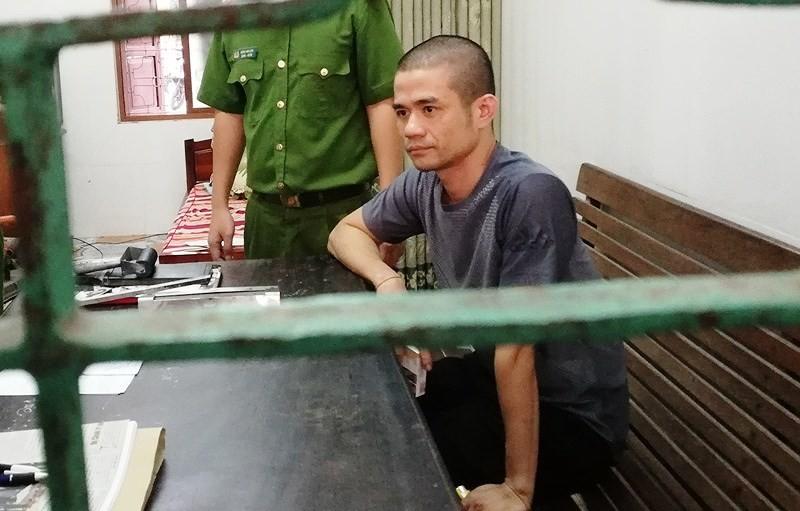 Người cố thủ bằng lựu đạn 14 tiếng bị khởi tố 3 tội - ảnh 1