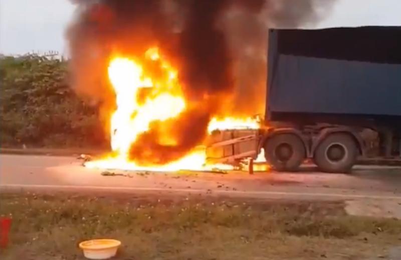 Xe đầu kéo cháy dữ dội, tài xế kịp nhảy khỏi ca bin - ảnh 1