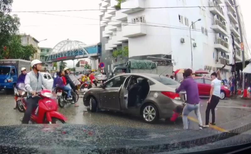 Chém đứt gân tay tài xế sau va chạm trên đường - ảnh 1