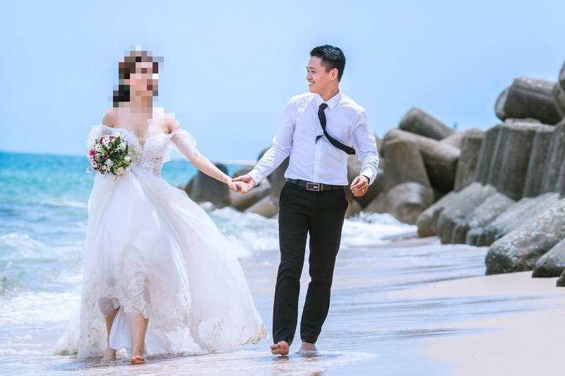Hình cưới giả Tùng đăng trên facebook