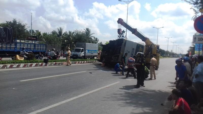 Tránh xe máy, xe buýt bị lật khiến  8 người thương vong - ảnh 2