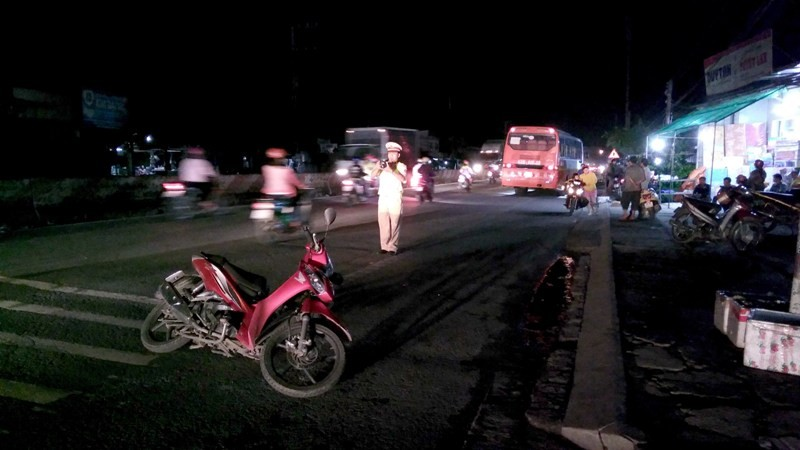 Ô tô khách va chạm xe máy, 1 phụ nữ gãy tay và chân - ảnh 1