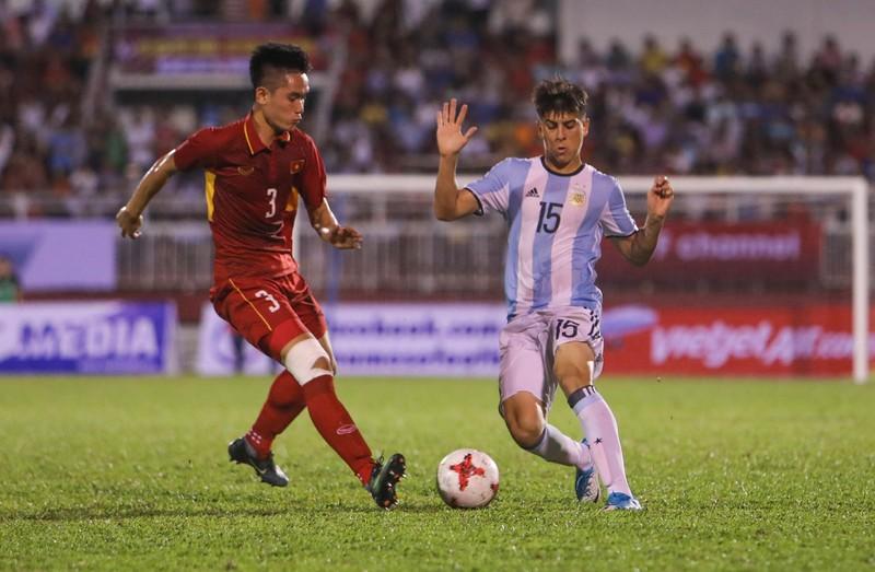 HLV Hữu Thắng loại 4 cầu thủ khỏi SEA Games 29 - ảnh 1