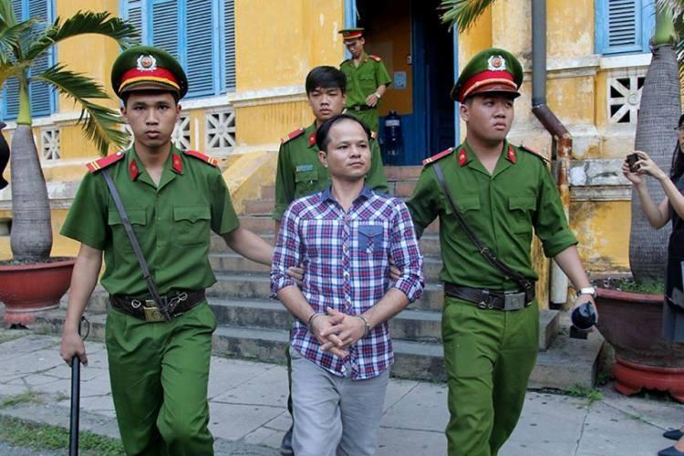 Dẫn giải bị cáo Minh về trại giam sau phiên tòa
