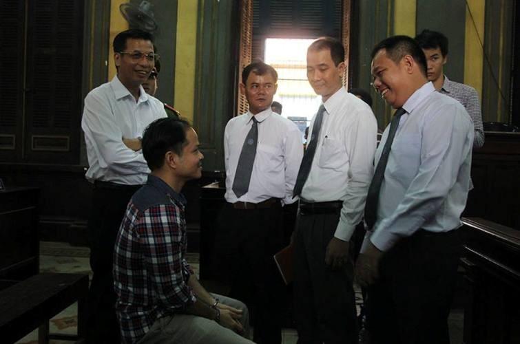 Các LS trao đổi với bị cáo Võ Văn Minh trước khi phiên tòa diễn ra
