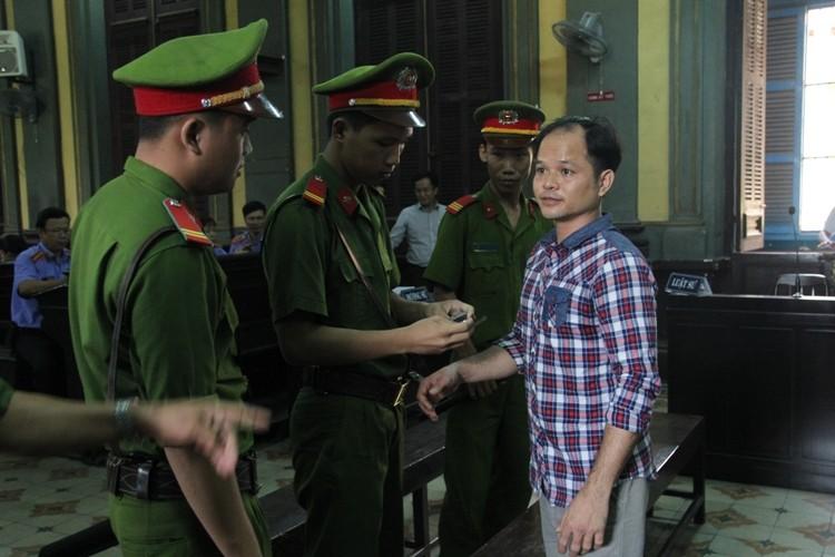 Bị cáo Minh được giao lại cho công an. Phiên tòa sẽ tiếp tục vào buổi chiều