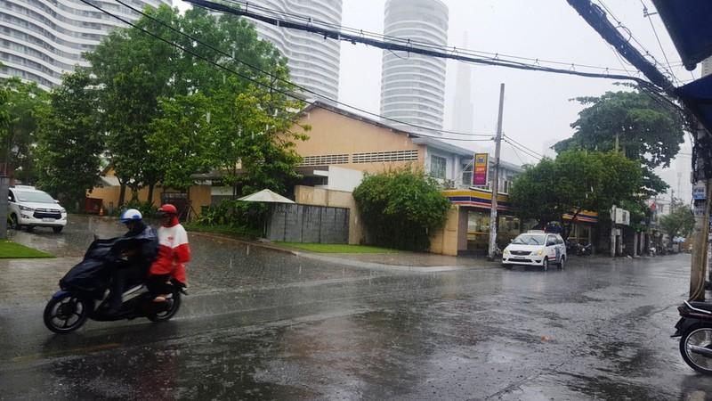 Người Sài Gòn hả hê với cơn mưa bất chợt - ảnh 1
