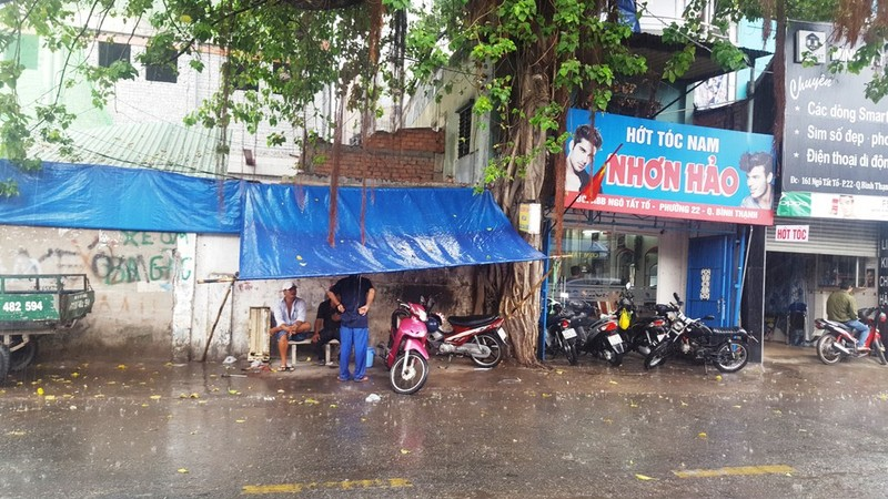 Người Sài Gòn hả hê với cơn mưa bất chợt - ảnh 3